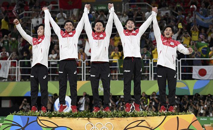 Японские гимнасты на подиуме