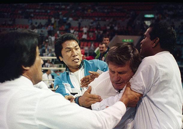 Тренер южнокорейской сборной по боксу Ли Хын Су нападает на судью Кейт Уолкер из Новой Зеландии