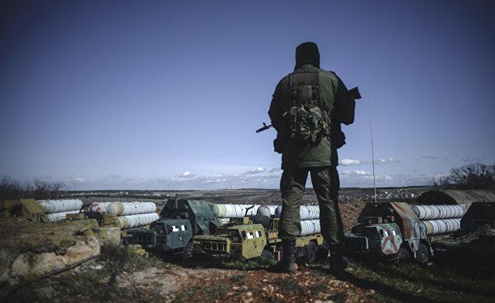 Военнослужащий на территории зенитно-ракетного дивизиона в Севастополе