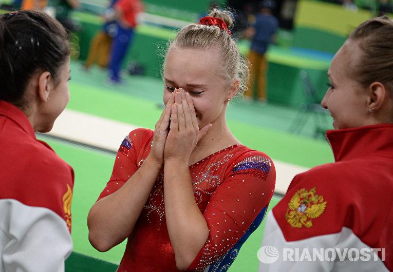 Ангелина Мельникова (Россия) после завершения командного многоборья среди женщин на соревнованиях по спортивной гимнастике на XXXI летних Олимпийских играх