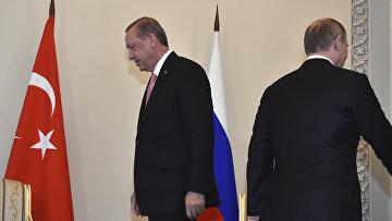 Президент России Владимир Путин и президент Турции Реджеп Тайип Эрдоган во время встречи в Константиновском дворце