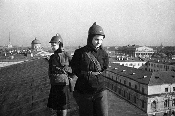 Бойцы местной противовоздушной обороны дежурят на крыше здания Академии наук
