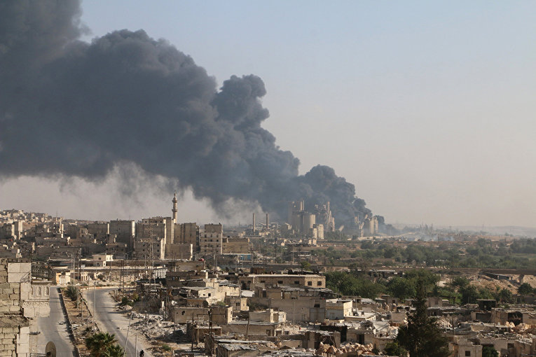 Дым над цементным заводом в Алеппо