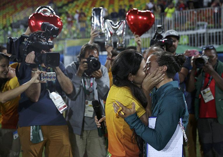 Поцелуй регбистки Айседора Серулло из Бразилии