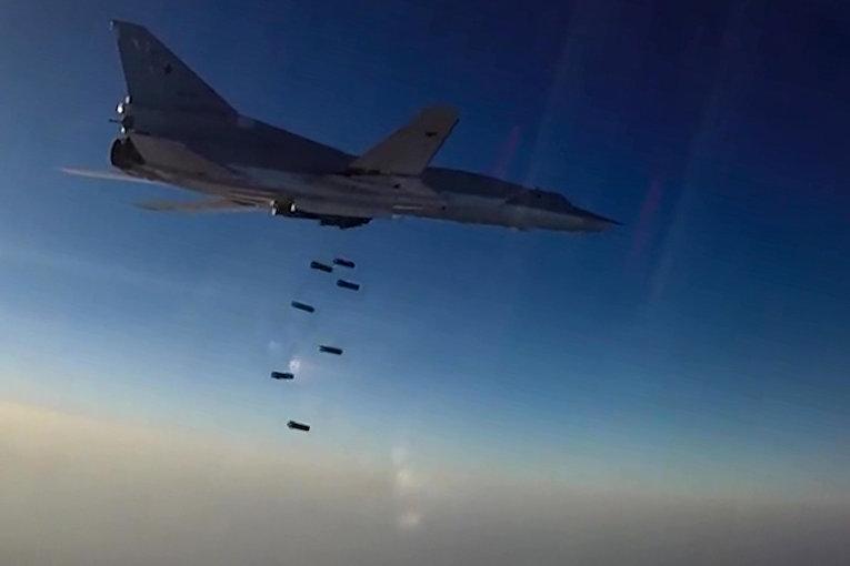 Дальний бомбардировщик ВКС РФ Ту-22М3 во время нанесения бомбовых авиаударов по объектам ИГ в провинциях Алеппо, Дейр-эз-Зор и Идлиб в Сирии