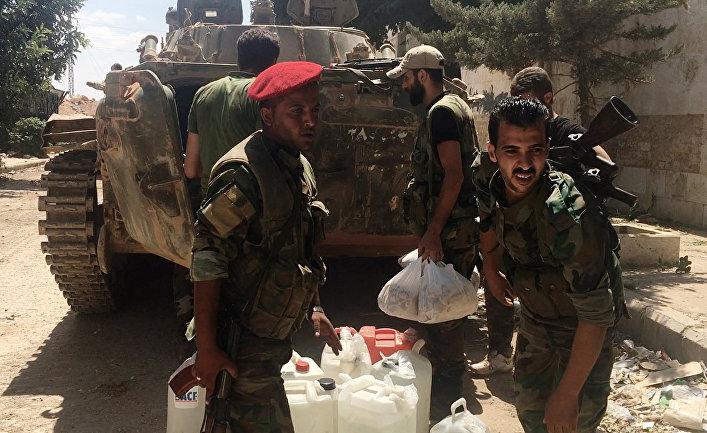 Бойцы сирийской армии запасаются водой при штурме военных училищ на юго-западе Алеппо