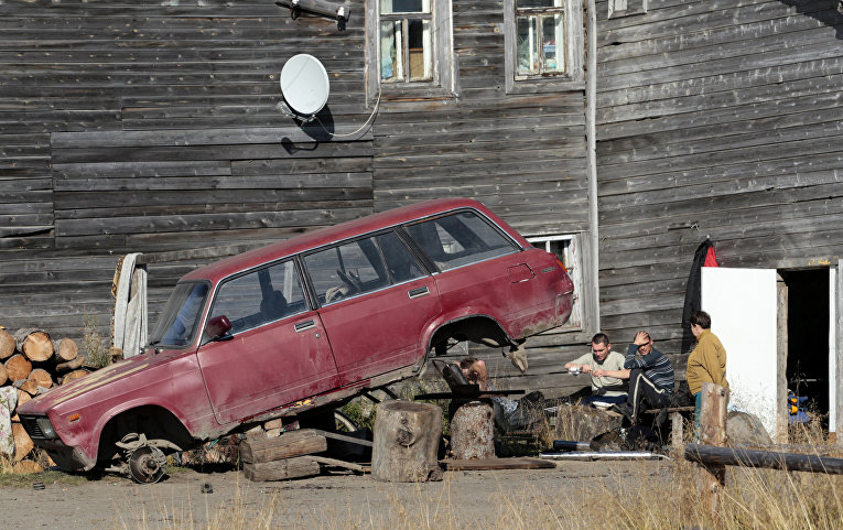 Жители деревни Усть-Уса в республике Коми пьют водку
