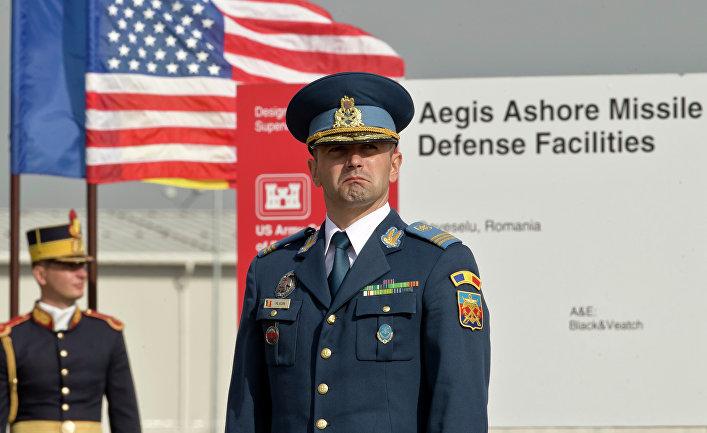 Румынский офицер на территории военной базы в Девселу