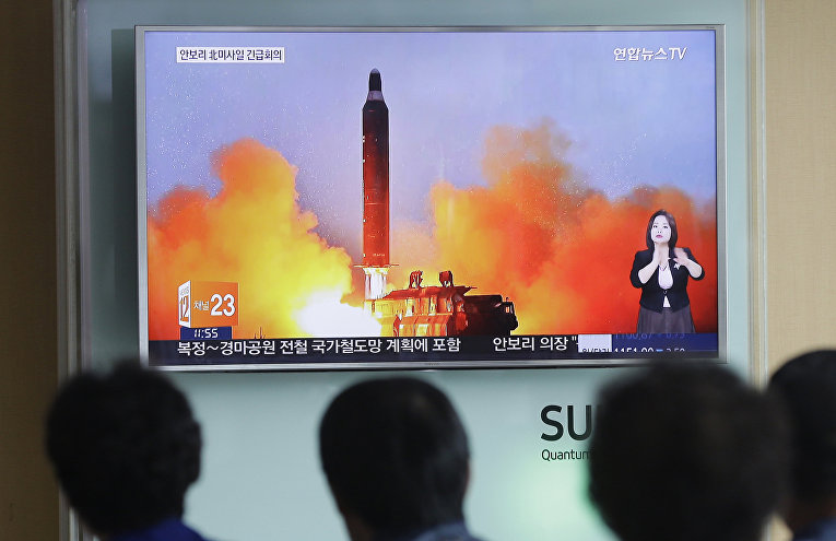 Кадры запуска баллистической ракеты КНДР на экране телевизора в Сеуле
