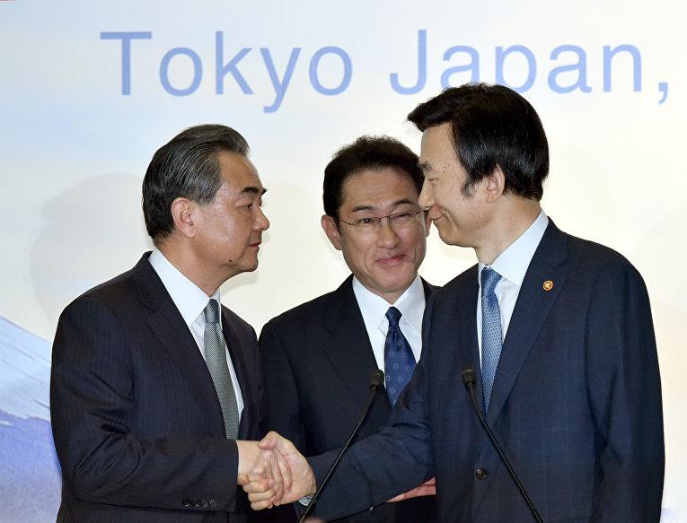 Главы МИД Китая, Японии и РК Ван И, Фумио Кисида и Юн Бёнсе после встречи в Токио, 24 августа 2016 года