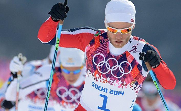 Мартин Йонсруд Сундбю (Норвегия) на дистанции скиатлона в соревнованиях по лыжным гонкам