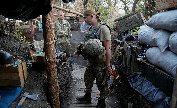 Украинский военнослужащий на своей позиции в Красногоровке под Донецком