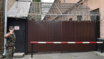 Сотрудник охраны у входа в Лукьяновский следственный изолятор № 13 в Киеве