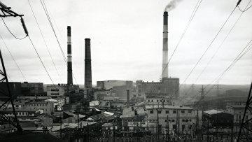 Вид на завод Кольской ГМК Печенганикель в посёлке Никель Мурманской области