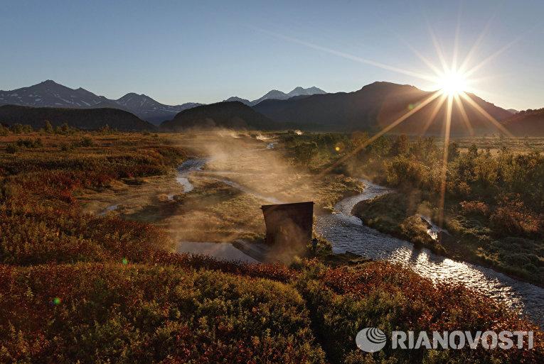 Рассвет у Налычевских термальных источников на реке Горячей в природном парке «Вулканы Камчатки»