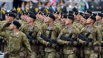 Украинские военнослужащие во время военного парада в Киеве
