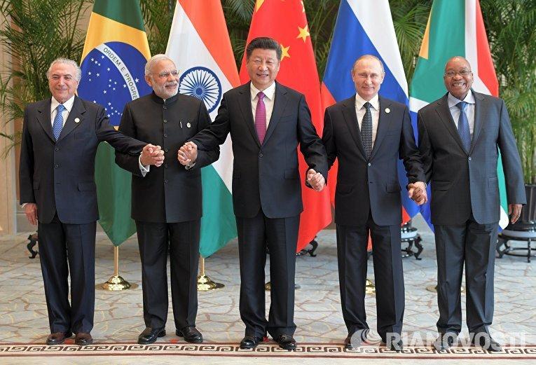 Президент РФ Владимир Путин на совместном фотографировании лидеров БРИКС
