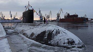 Церемония подъема Военно-морского флага на борту подводной лодки «Ростов-на-Дону»