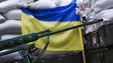 Снайперская винтовка на позициях украинских военных в поселке Марьинка