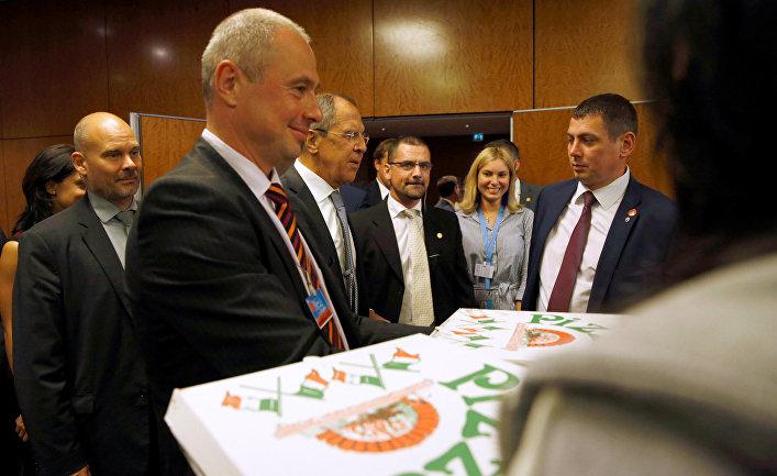 Доставка пиццы для журналистов ожидающих ночную пресс-конференцию госсекретаря США Джона Керри и главы МИД РФ Сергея Лаврова