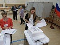 Члены участковой избирательной комиссии № 1331 в Екатеринбурге во время подсчета голосов после окончания единого дня голосования