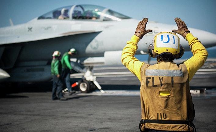 Американский самолет готовится к боевому вылету