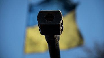 Оружейный ствол на фоне флага Украины