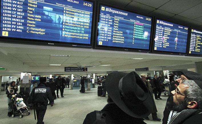 Пассажиры в аэропорту «Борисполь» в ожидании вылета