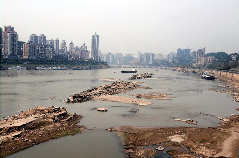 Берег реки Янцзы в городе Чунцин