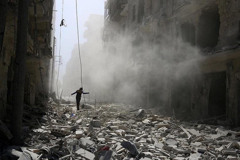 Разрушения после авиаударов в Алеппо