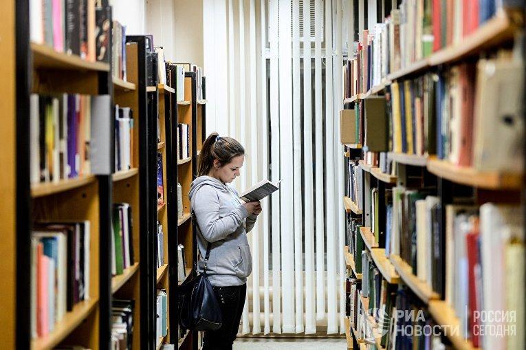 Посетительница в библиотеке «Читай-город»