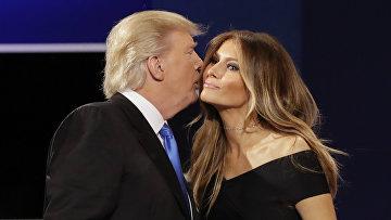 Кандидат в президенты США Дональд Трамп с супругой Меланьей на дебатах