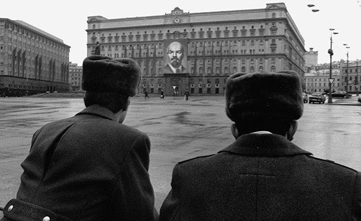 Милиция перед зданием КГБ на Лубянской полощади в Москве