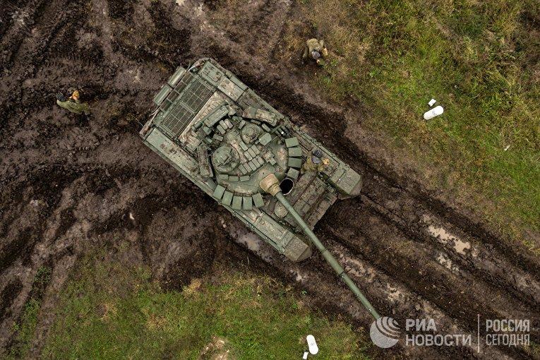 Танки Т-72Б3 и военнослужащие во время полевых занятий танковых подразделений мотострелкового соединения Южного военного округа