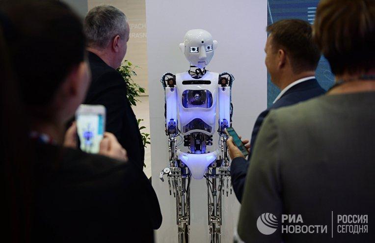 Посетители у робота Thespian на международном инвестиционном форуме «Сочи 2016»