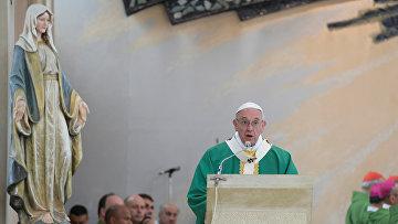 Папа римский Франциск проводит массу в церкви Непорочного Зачатия в Баку, 2 октября 2016 года