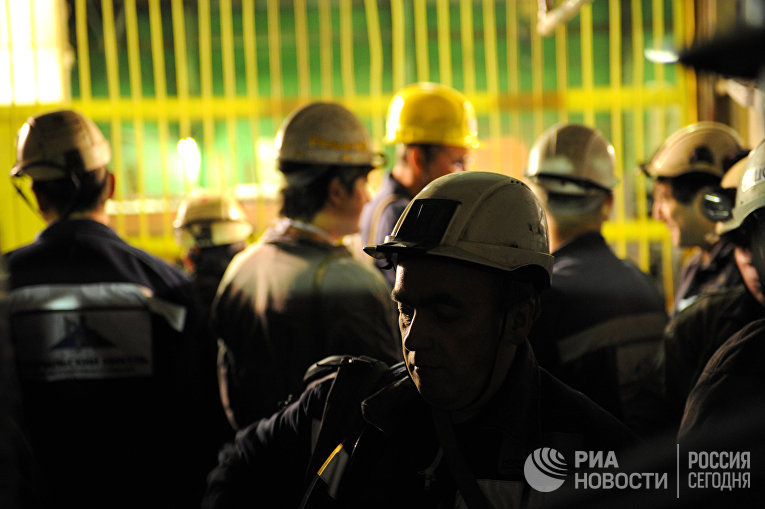 Шахтеры спускаются в подъемной клети в шахту рудника «Таймырский» ОАО «ГМК «Норильский никель»