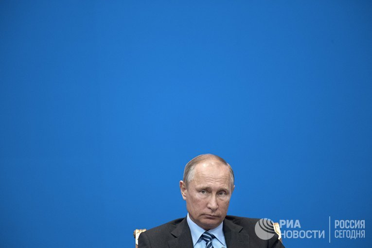 Президент РФ Владимир Путин на заседании XIII Форума межрегионального сотрудничества России и Казахстана во Дворце Независимости в Астане