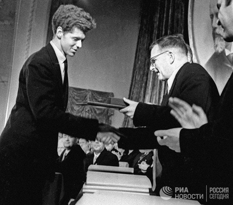 Дмитрий Шостакович вручает Ван Клиберну золотую медаль.