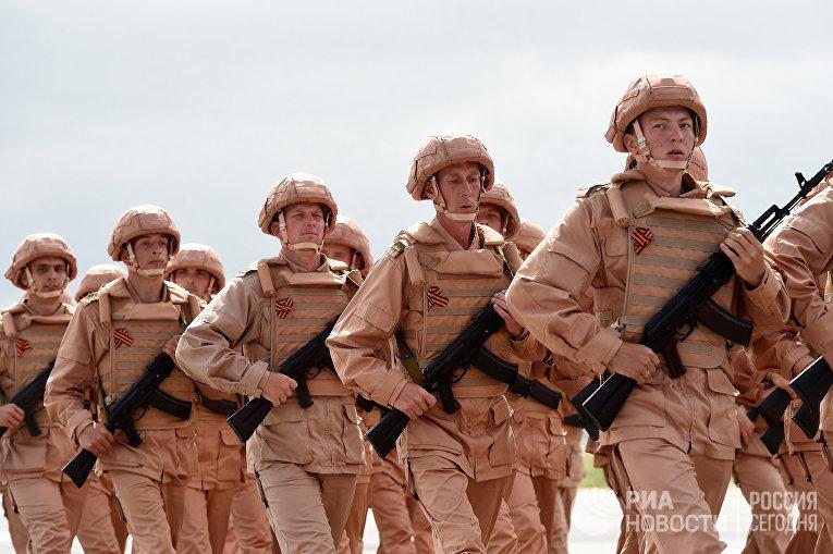 Российские солдаты во время репетиции парада победы на российской военной базе Хмеймим