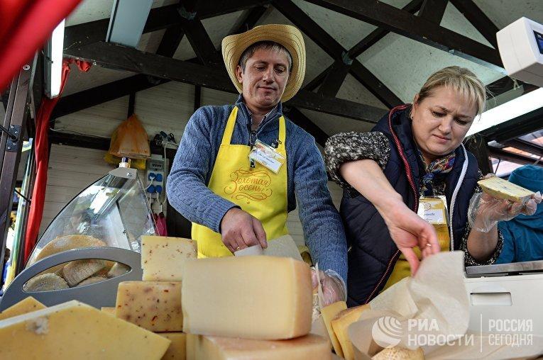 Продавцы сыра во время мероприятия «Сырные дни» в Москве