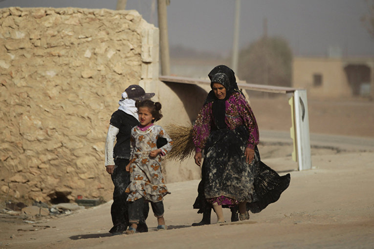 Люди бегут с территории, контролируемой ИГИЛ в Сирии