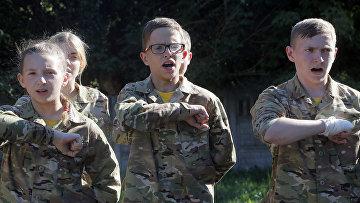 Дети проходят военную подготовку в украинском добровольческом батальоне «Азовец» в Малаховке