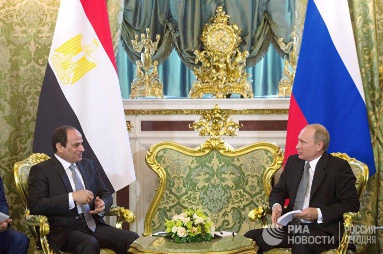Президент России Владимир Путин (справа) и президент Арабской Республики Египет Абдель Фатах ас-Сиси во время встречи в Кремле