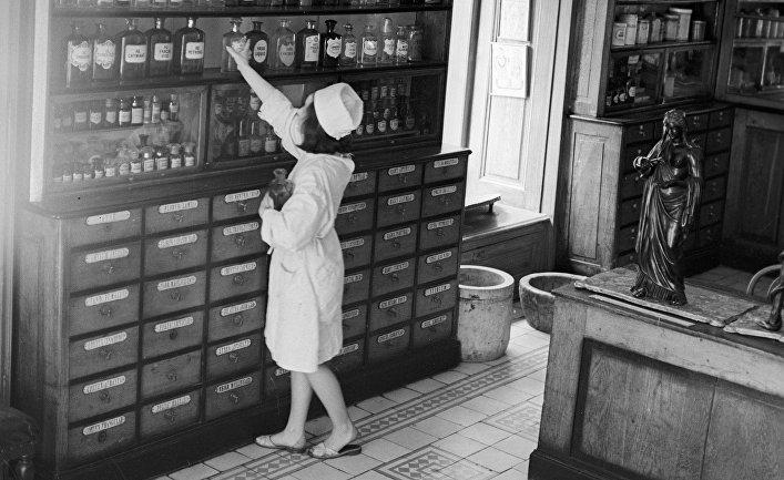 Сотрудница аптекарского музея в городе Львове расставляет экспонаты