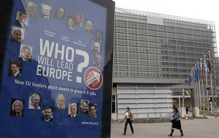 Постер «Кто поведет Европу?» перед зданием Еврокомиссии в Брюсселе