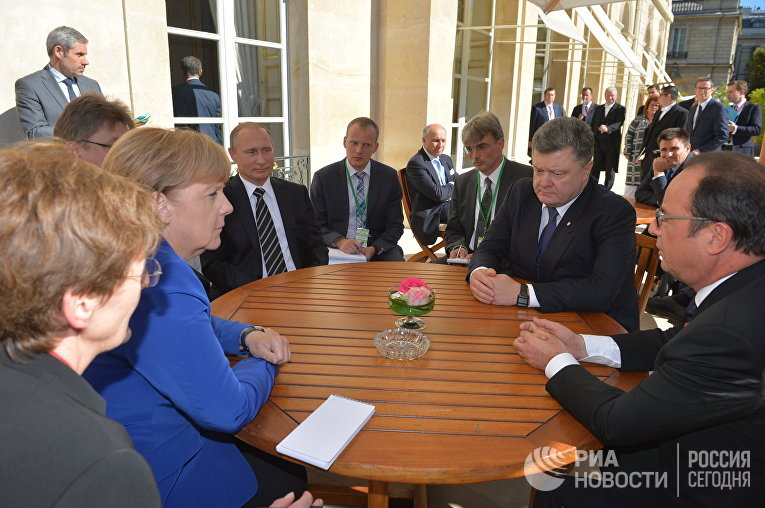 Президент России Владимир Путин, президент Украины Петр Порошенко, президент Франции Франсуа Олланд и канцлер Германии Ангела Меркель во время неформальной встречи в Париже