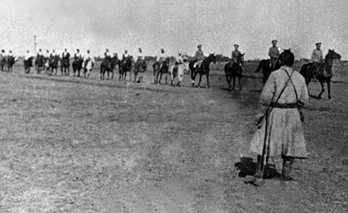 Солдаты Российской империи в казахской степи в 1916 году.