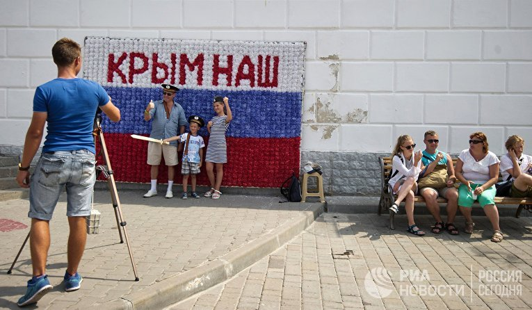 """Гости Севастополя фотографируются на набережной города в рамках патриотической акции """"Бесплатное фото"""""""