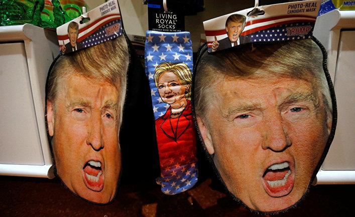Маски, изображающие Дональда Трампа и носки с изображением Хиллари Клинтон